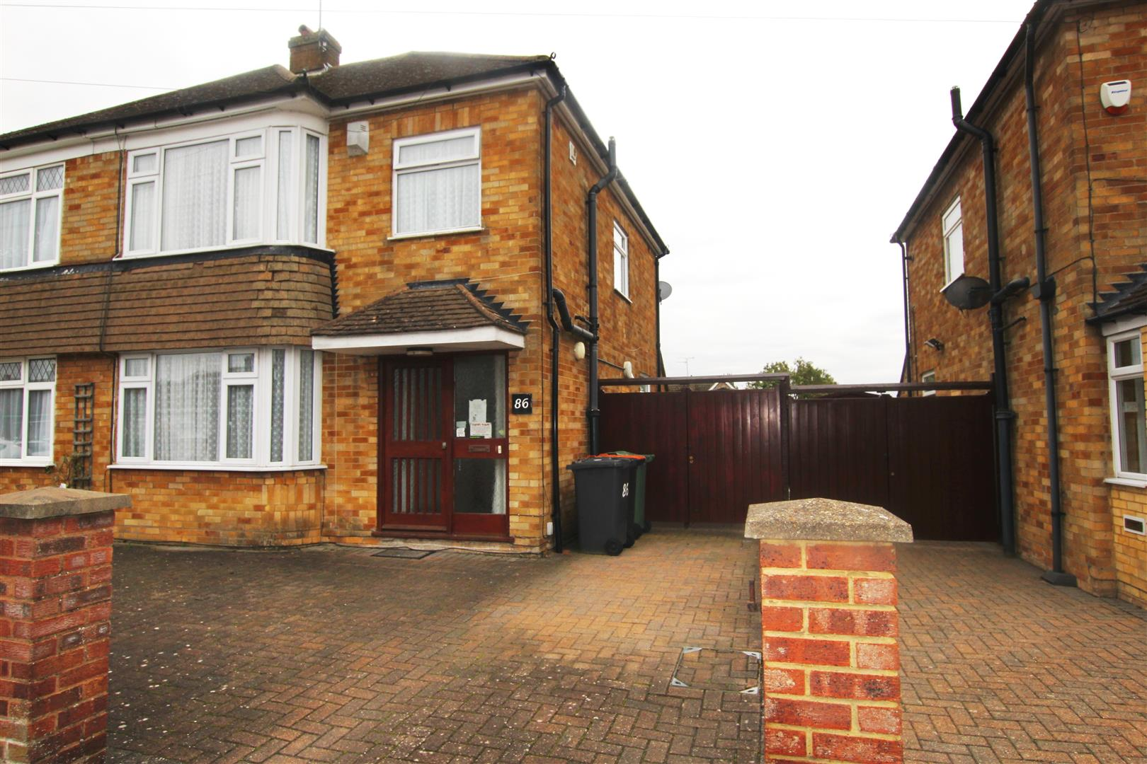 3 Bedrooms Semi Detached House for sale in Leafields, Houghton Regis, Dunstable